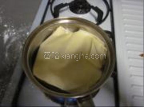 将干豆腐煮熟,切丝加入菜丝中.
