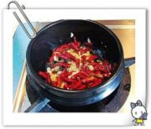 锅烧热,倒油.加辣椒和姜蒜花椒爆香.