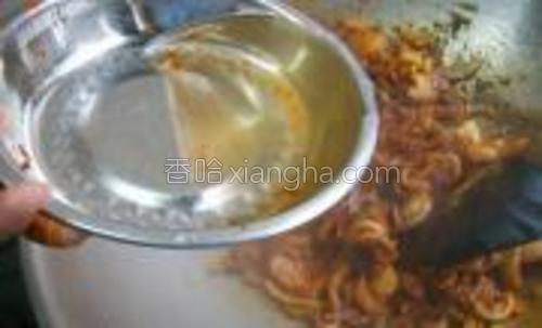 1茶匙鸡精加1碗清水调配成汁,倒入锅中,烧开后转小火焖5分钟,使洋葱和咖喱更入味。