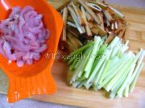 将瘦肉,芹菜,切丝,豆干切条。