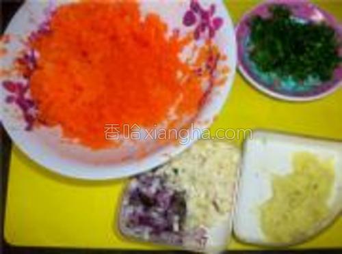 胡萝卜及姜洗净去皮磨成泥,小葱、蒜香及香菜切成末。
