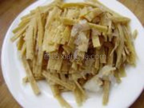 将干豆腐切成丝,装入盘中待用。