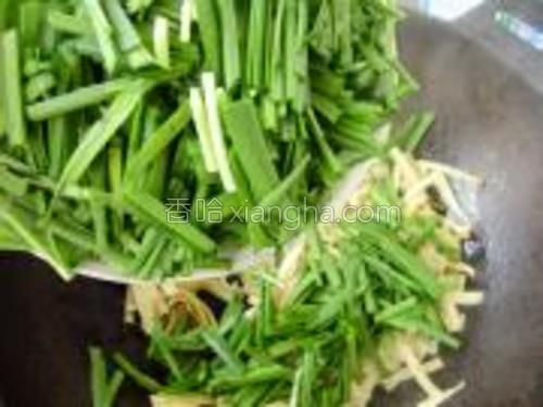 翻炒均匀,倒入韭菜段。