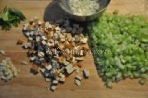芹菜、香干细切成小块,蒜切碎,洋葱切碎。