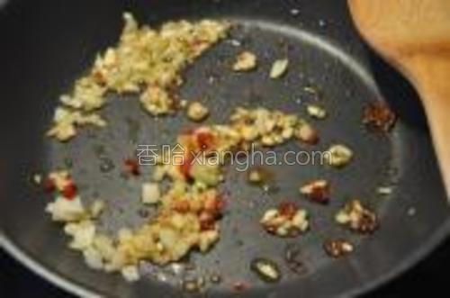 锅里给少油,将洋葱、蒜和辣椒炒香。