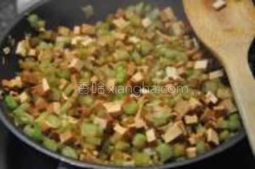 然后加入芹菜和香干,加点点盐,炒到软。加入生抽调味,老抽上色。