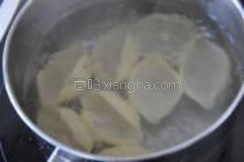大贝壳面按包装说明在加过盐的水里煮好。过冷水,沥干。