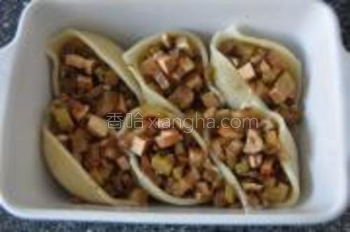 用芹菜香干填满贝壳面,能塞多少塞多少进去,一会大口大口吃起来才特别有感觉。