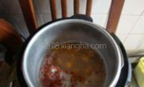 砂锅里的材料全部转移,倒入电压力锅内,加红糖,定时半小时煮。