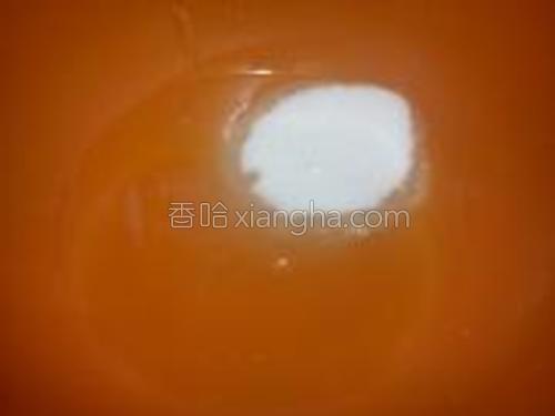 葡萄籽油倒入盆中,加入白糖拌匀。
