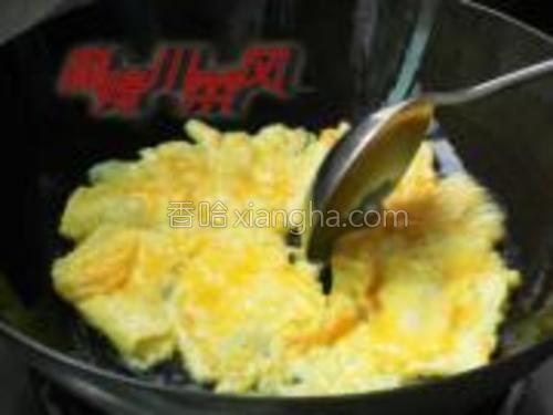 锅中入油用小火烧到三层油温(大约50度),放入鸡蛋液。
