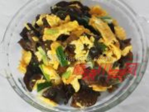 鸡蛋本身含有与味精相同成分的谷氨酸。因此,炒鸡蛋时没有必要再放味精,味精会破坏鸡蛋的天然鲜味。可以加一点点鸡精。(小风用的土鸡蛋鸡精也免了)