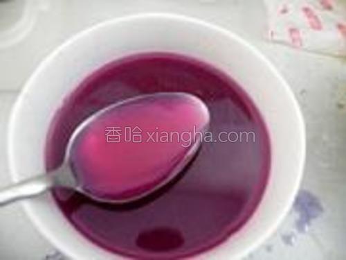紫甘蓝汁中倒入1大匙白醋,颜色瞬间会变成粉红色