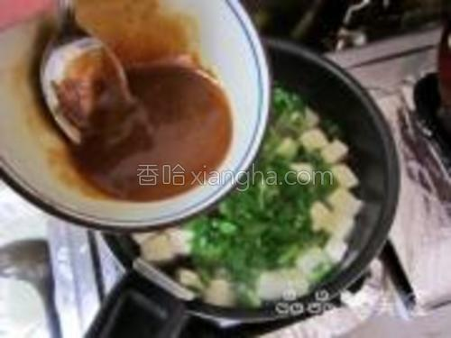 将调好的味增倒入锅中,转小火。