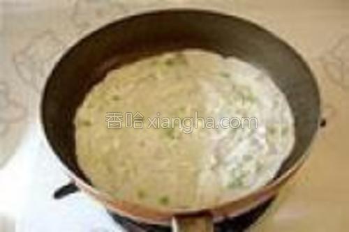平底锅刷一层薄薄的油,烧热后倒入一大勺面糊,摊成面皮。