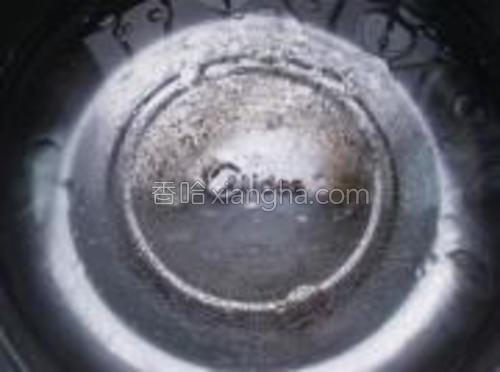 锅里放适量水,加一小勺盐和调和油,煮沸。