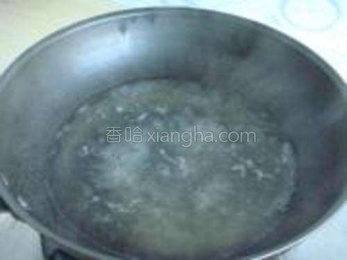 锅里水烧开,放入高汤精。