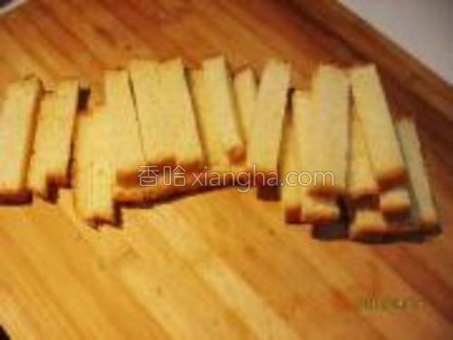 将土司切成1.5厘米宽左右的长条。