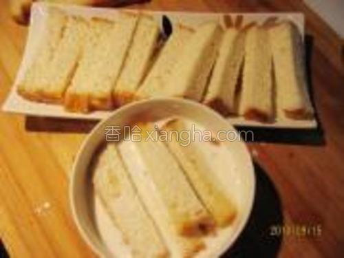 将切好的土司条放入牛奶中浸泡至外软中间芯稍硬。
