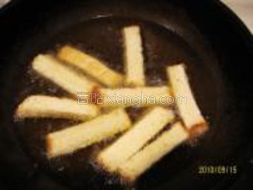 油锅120度,下次土司条小火慢炸,后改大火,使土司条外焦内软。