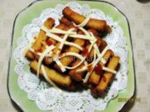 出锅沥油,放凉后加入起司条或蕃茄酱即可。