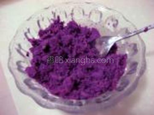把紫薯蒸熟去皮用勺子压成泥。