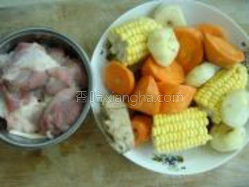 将各种材料洗干净,玉米、胡萝卜、马蹄切块。