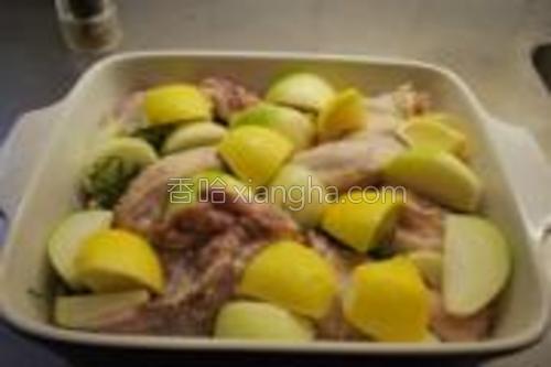 洋葱和另一个柠檬切成大块放入,一起腌制2-5个小时。