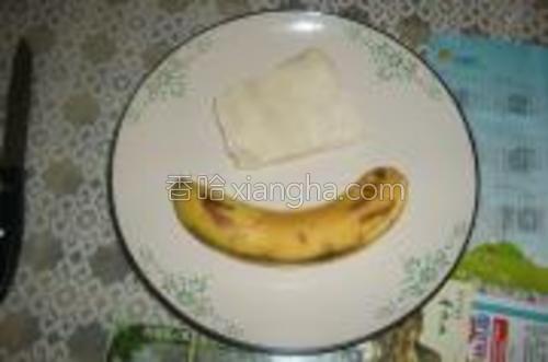 先介绍一下食材吧~!很简单哦~!香蕉和馄饨皮~!