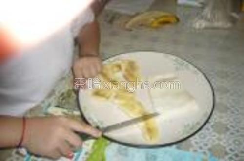 先把香蕉切成一小段一小段的方形,大小你要根据馄饨皮的大小来定啦~!