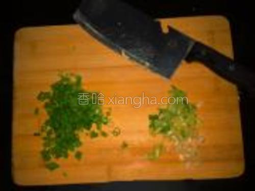 葱切碎,葱白和绿葱叶分开。
