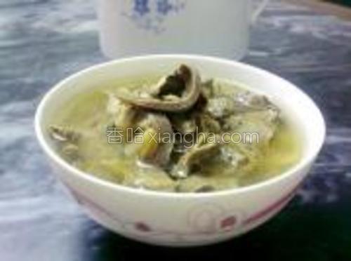 高压锅泄气后,取出炖盅,盛入碗开吃。