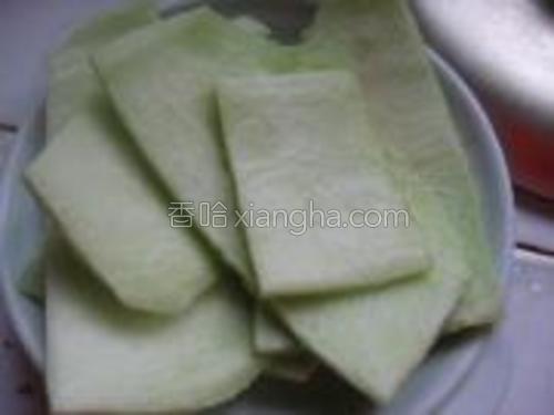 西瓜皮洗净,去掉外面的薄薄的皮和红瓤,留下接近瓜皮的部分。