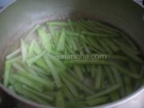 锅中放水,入瓜皮丝煮。