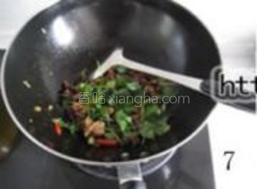出锅前洒上孜然粉和香菜段即可。