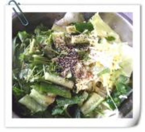 所有蔬菜放盆中,加生抽,醋,香油,盐,白糖,黑白芝麻。