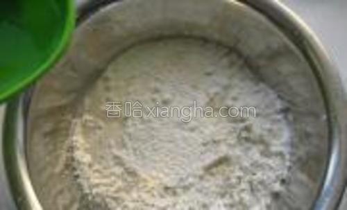 将1/4茶匙的盐在清水中融化,倒入面粉盆中。