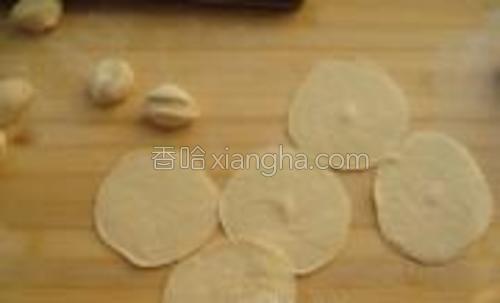擀成饺子皮。