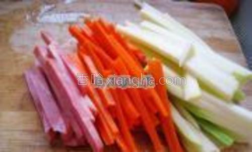 胡萝卜,西葫芦,火腿切成小条,备用。
