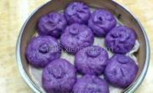 用蒸笼排好入锅蒸15分钟,停火10分钟后再揭盖,香喷喷的紫薯豆沙包出炉了!