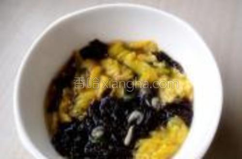 取一面碗,放入少许盐、白胡椒粉、虾皮、葱粒、撕碎的紫菜、少许芝麻油、再放入蛋皮、最后调入高汤,待面块煮熟即可装碗开吃啦。