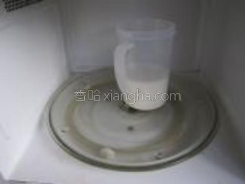 """将牛奶倒入杯中,放入微波炉,用""""解冻""""这一档转1分钟左右,温度以不烫手为宜。"""