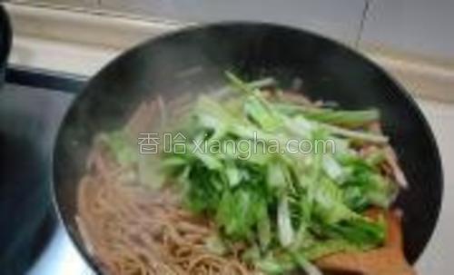 把面条调好味后最后把切好的芥菜放入锅中翻炒。