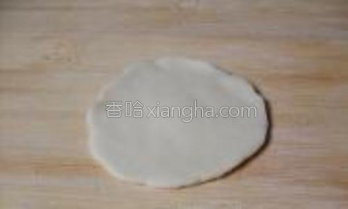 将面剂子擀成四周薄中间厚的饺子皮