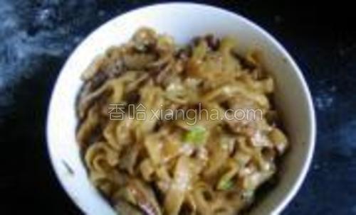 肉丝、香菇入油锅煸炒,倒入面条、甜面酱略翻炒后,撒入葱花盛出即可。