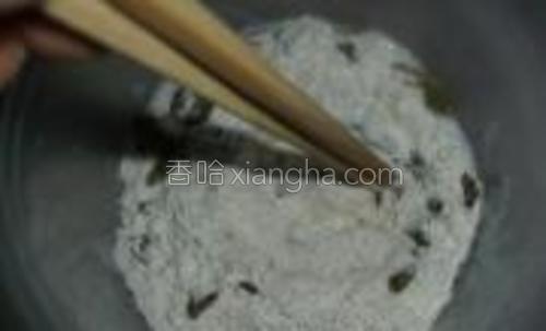 面粉100g,发酵粉4,馒头改良剂各2g,盐1.25g,白沙糖30g,葡萄干30g搅拌均匀