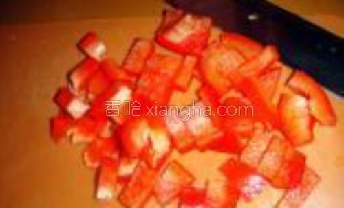 红椒切丁。