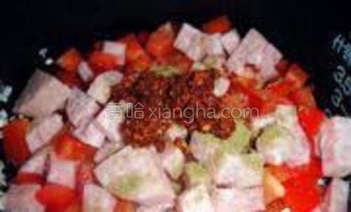 全部放入有米的锅中,撒入盐,孜然,辣椒油。