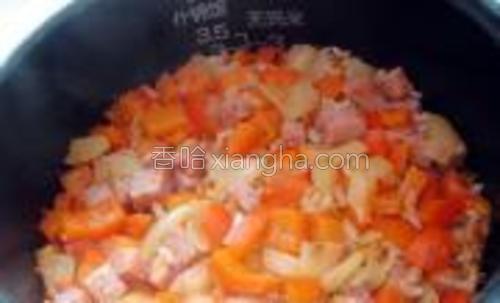 等米饭煮好后,再次搅拌均匀。
