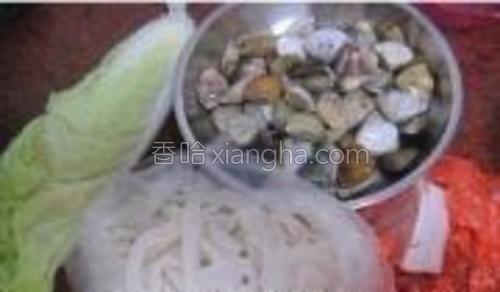 所需食材:蛤蜊,河粉,瘦肉,白菜。